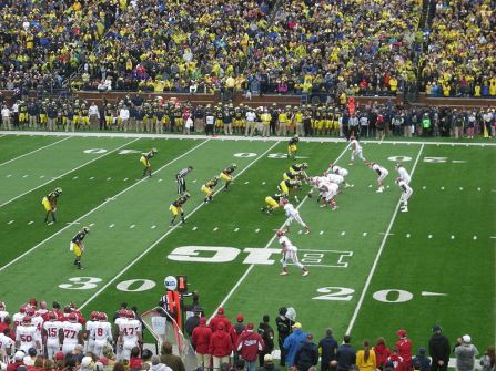 800px-indiana_vs-_michigan_football_2013_03_indiana_on_offense